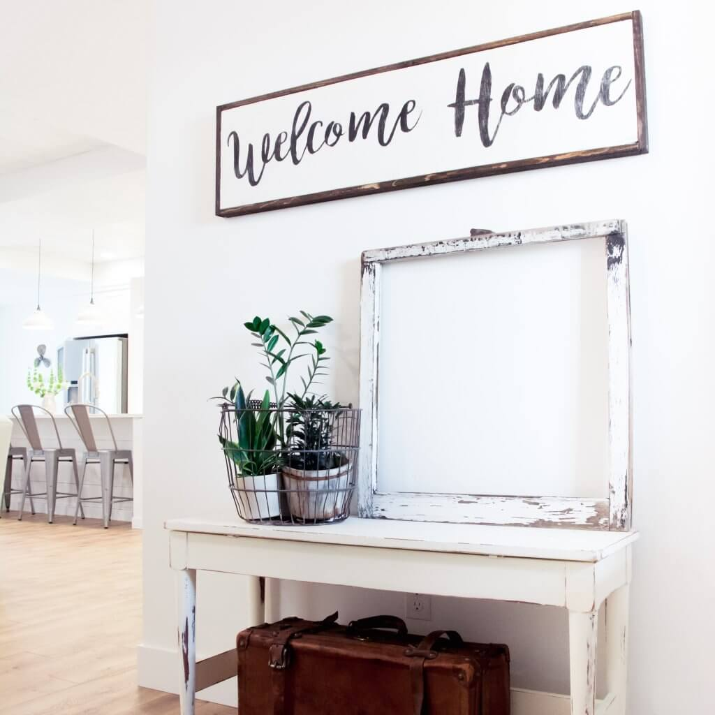 Tired of not having enough time for what's REALLY important in your life? Say goodbye to chaos with these minimalist living tips and ideas. Declutter and simplify your entire house and get tons of inspiration!